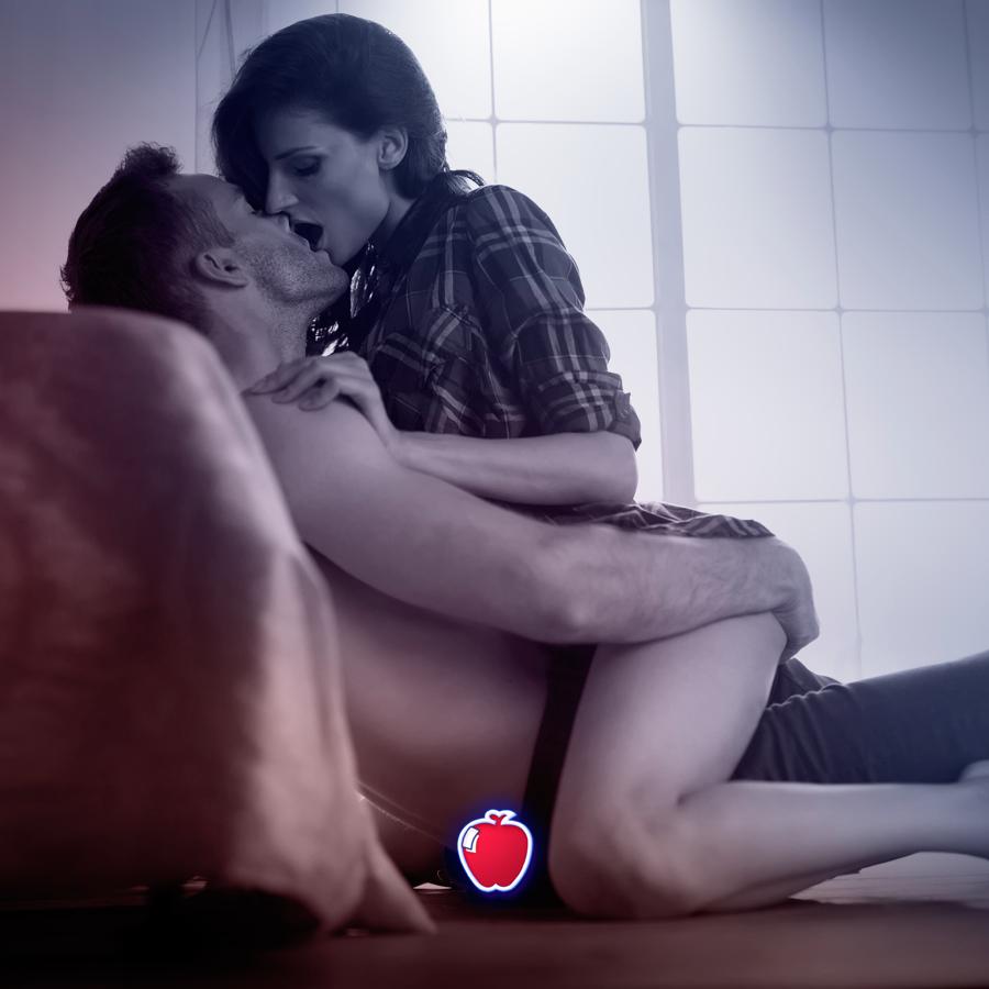 Casal de namorados se beijando no chão